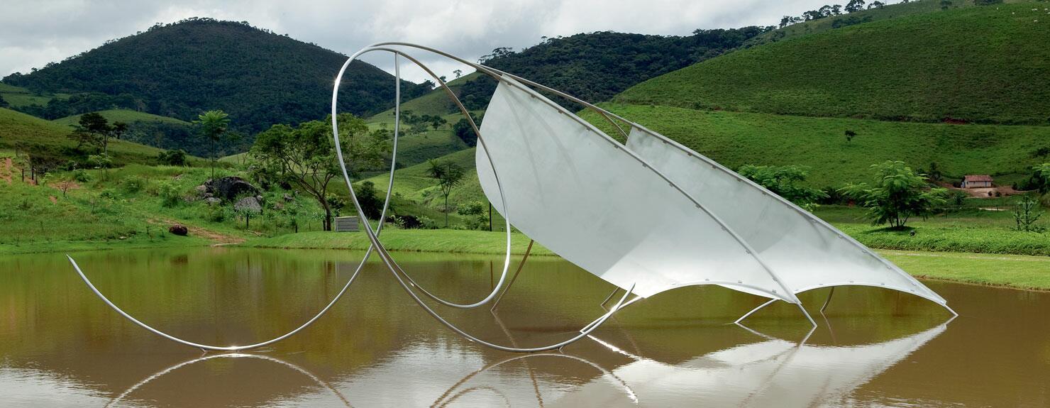 Esta obra faz parte de uma coleção particular, instalada no Lago da Fazenda da Serra, Minas Gerais.